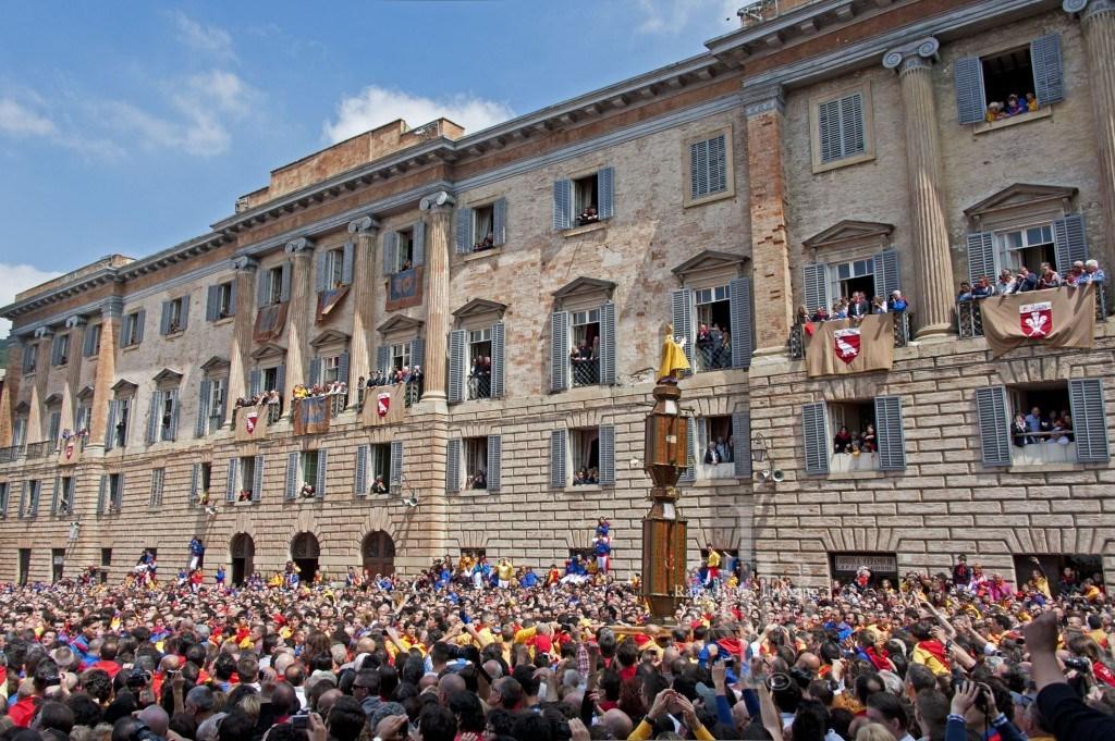 Ceri Di Gubbio Saluting the Crowd
