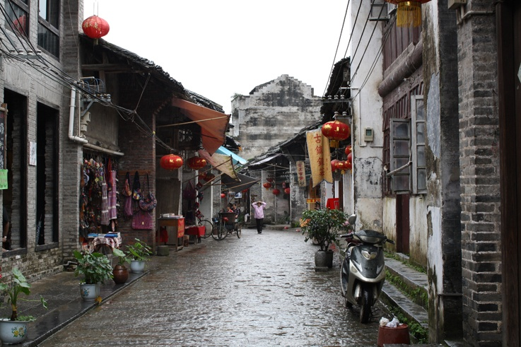 Guilin to Yangshuo alleyway
