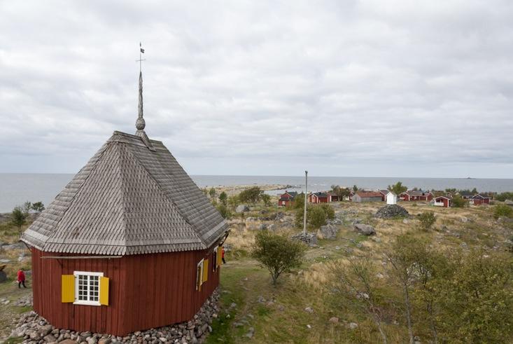 Maakalla island church above