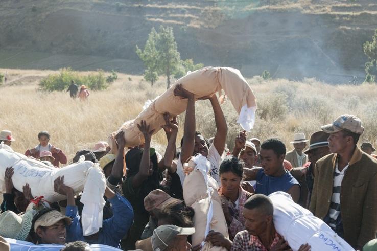 Famadihana raising corpse