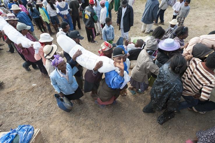 Famadihana carrying body