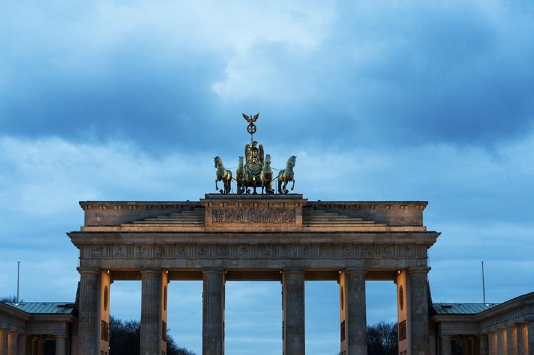 brandenburg gate berlin night