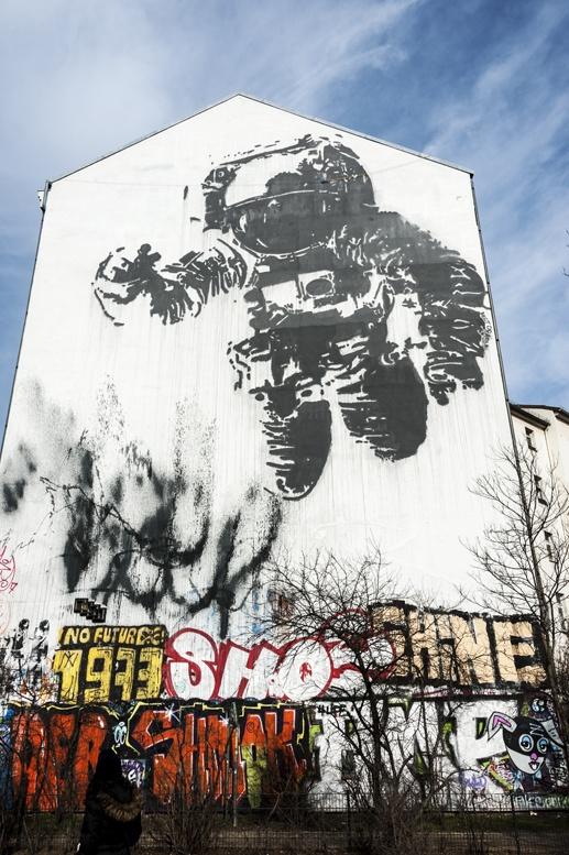 berlin cosmonaut graffiti