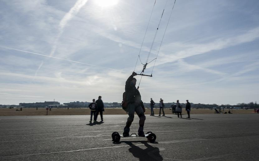 tempelhof berlin kitesurfer