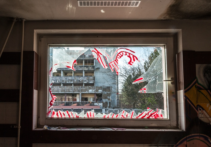 berlin urbex smashed window