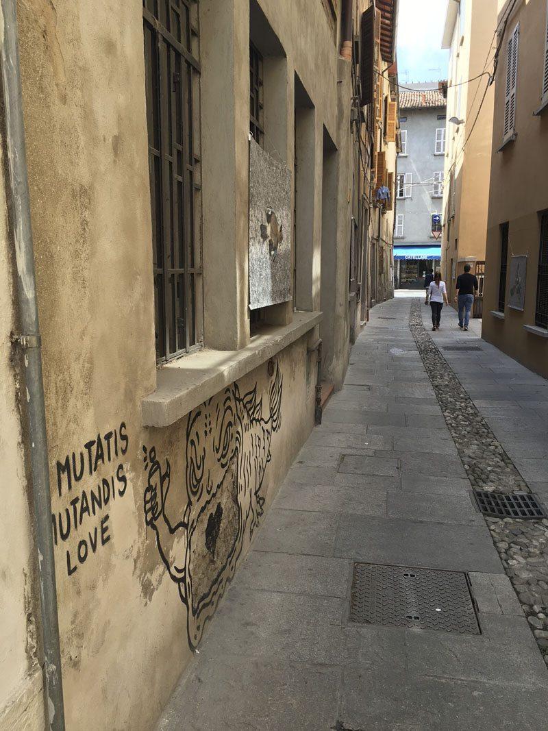 reggio emilia via roma narrow street