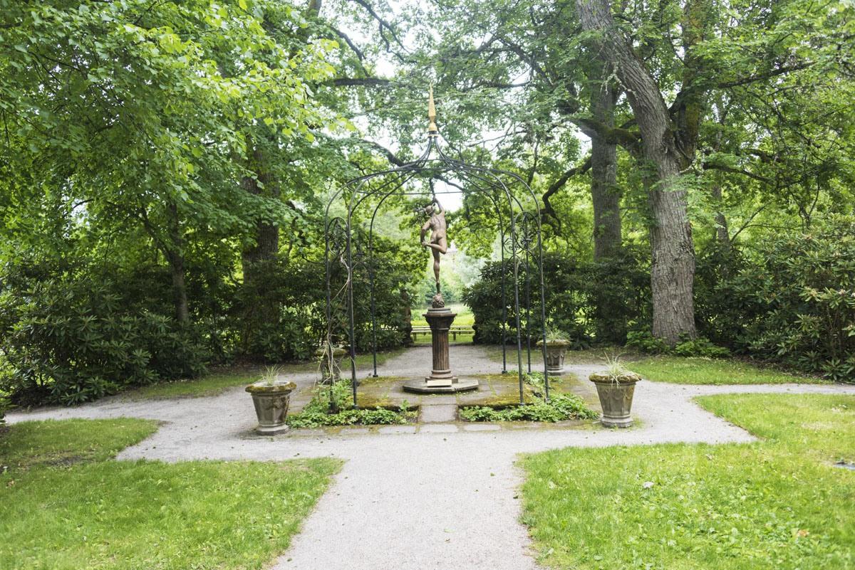 mustionlinna-garden-statue