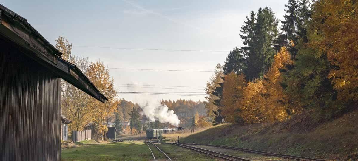 steam train banitis leaving station
