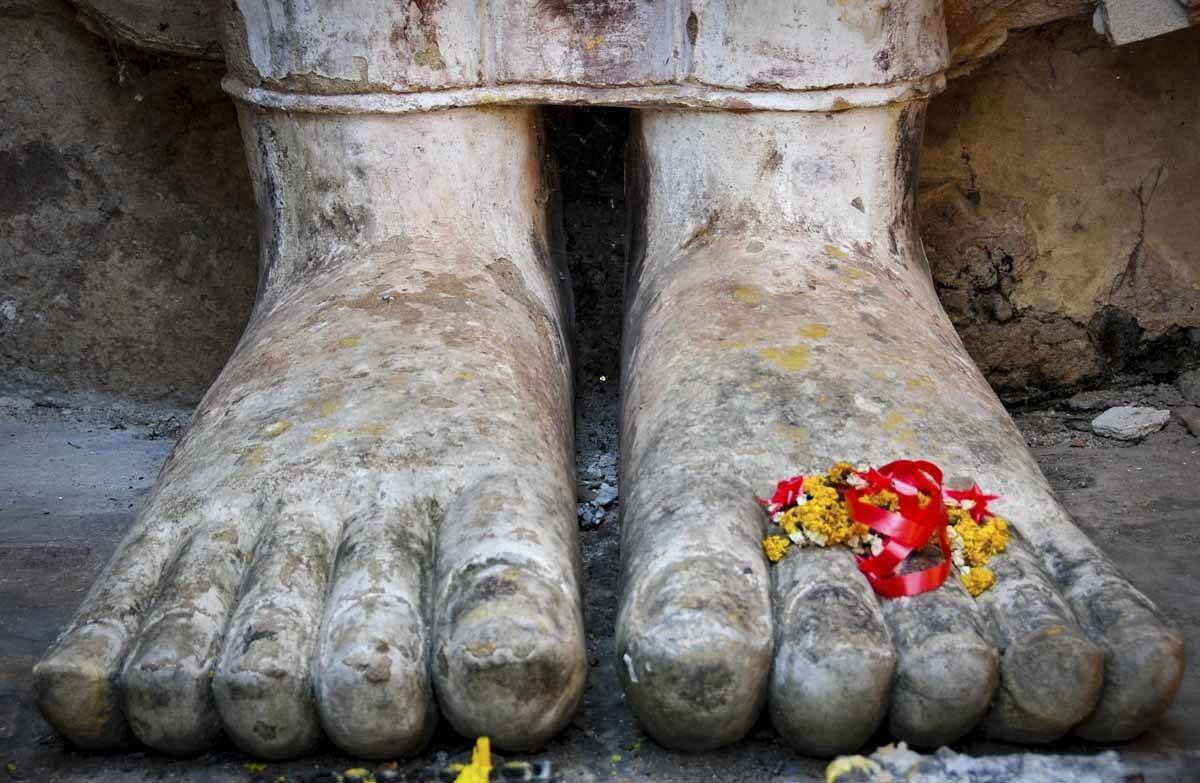 sukhothai buddha feet